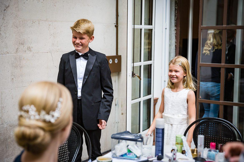 kids see bride